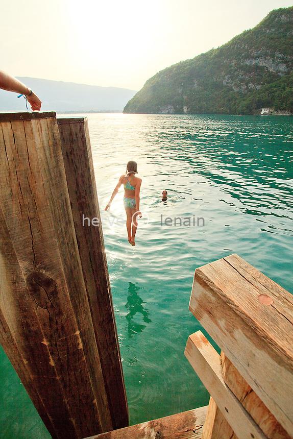 France, Haute-Savoie (74), Talloires, lac d'Anneçy, plongeons depuis le ponton de l'embarcadère // France, Haute-Savoie, Talloires, lake Anneçy, Dives since the pontoon of the pier