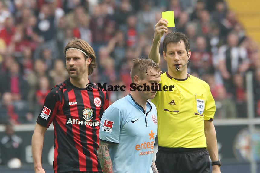 Schiedsrichter Wolfgang Stark zeigt Niki Zimling (Mainz) die gelbe Karte - Eintracht Frankfurt vs. 1. FSV Mainz 05