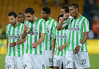 MEDELLÍN -COLOMBIA-23-08-2014. Jugadores de Atlético Nacional abandonan el campo de juego tras el partido contra Envigado FC por la fecha 6 de la Liga Postobón II 2014 jugado en el estadio Atanasio Girardot de la ciudad de Medellín./ Atletico Nacional Players leave the field after the match against Envigado FC for the 6th date of the Postobon League II 2014 at Atanasio Girardot stadium in Medellin city. Photo: VizzorImage/Luis Ríos/STR