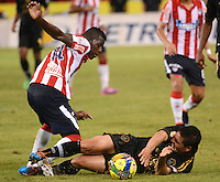 BARRANQUIILLA -COLOMBIA-10-AGOSTO-2014. Yessi Mena   (Izq) del Atletico junior  disputa el balon con Jhon Jaramillo  de Fortaleza FC , partido de la Liga  Postobon cuarta  fecha disputado en el estadio Metroplitano.  / Yessi Mena  (L) of Atletico Junior dispute the ball with Jhon Jaramillo of Fortaleza FC, party Postobon League fourth round match at the Metropolitano stadium. Photo: VizzorImage / Alfonso Cervantes / Stringer