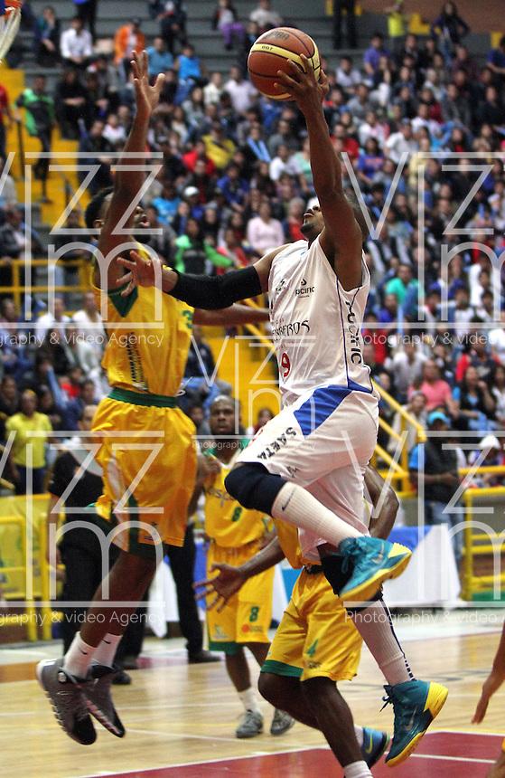 BOGOTA -COLOMBIA-08-06-2014. Cimarrones de Choco gano el campeonato  de La Liga Directv de baloncesto 2014-1.Ortiz Stalin(Der) de Guerreros de Bogota disputa el balon con Randal Hunter (Izq) de Cimarrones de Quibdo durante el quinto partido por la final de La Liga Directv 1 de baloncesto jugado en el coliseo El Salitre . Cimarrones de Choco  won the La Liga championship basketball Directv-2014 1.Ortiz Stalin (Der) of Guerreros de  Bogota dispute the ball with Randal Hunter (L) of  Cimarrones  de Choco during game five by the end of  La Liga Directv basketball played at the Coliseum El Salitre. Photo: VizzorImage / Felipe Caicedo /  Staff