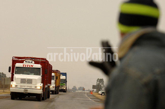 Striking farmers block trucks carrying rice for export in Gualeguaychu, Argentina, Thursday, June 19, 2008. Farmers have been blocking roads and not selling grains protesting the rise in exportation taxes on grains...