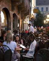 HUN, Ungarn, Budapest, Stadteil Buda, Burgviertel: Tárnok Cafe und Restaurant in der Tárnok Gasse (Tárnok utca) am Abend | HUN, Hungary, Budapest, Castle District: Tárnok Cafe and Restaurant at lane Tárnok utca, evening
