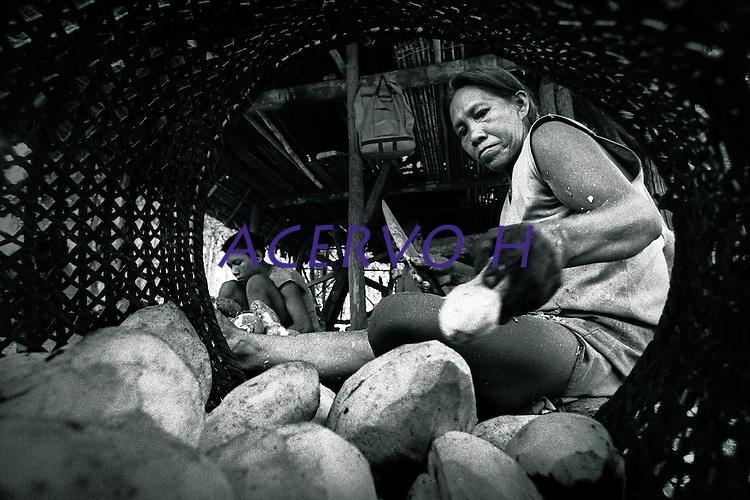 Demarcação TI alto e médio rio Negro<br /> <br /> Índia Tukano trabalha descascando mandioca com a família.<br /> Rio Curícuríarí, São Gabriel da Cachoeira, Amazonas, Brasil.<br /> Foto Paulo Santos<br /> 1997