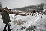 NIEUWEGEIN - Bij de kolken van de Prinses Beatrixsluis in Nieuwegein worden zinkmatten gemaakt voor het vernieuwen van de stortebedden in het Amsterdam-Rijnkanaal door combinatie M.A.R.K. In opdracht van Rijkswaterstaaat wordt aan de kanaalzijde in de fuik van de sluis de bodembescherming afgegraven om vervolgens met de zinkstukken af te dekken. Nadat deze matten zijn opgevuld met stortsteen zullen ze worden verstevigd met gietasfalt. Vanwege het grote aantal werkschepen dat ligt aangemeerd en op het water aanwezig is, heeft Rijkswaterstaat één van de kolken tijdelijk gestremd voor het scheepvaartverkeer. Vanwege de stremming van van dit kanaal die als het ware de A2 van de waterweg is, kunnen schippers aan gratis sms-abonnement nemen die hen op de hoogte houdt hoe om te varen via het Merwedekanaal (Koninginnensluis en Zuidersluis) of via Wijk bij Duurstede (Irenesluis). Combinatie M.A.R.K bestaat uit De Vries Werkendam en Van den Herik Sliedrecht.  COPYRIGHT TON BORSBOOM