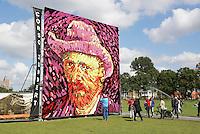 Nederland Amsterdam  2015 07 30. Ter ere van de honderdvijfentwintigste sterfdag van Vincent van Gogh werd  op het Museumplein in Amsterdam een van de beroemde zelfportretten van de kunstenaar nagemaakt met dahlia's, door leden van de Zundertse corsobouwers. Het zelfportret bestaat uit een tableau van acht bij acht meter en bevat ongeveer 50.000 dahlia's. Zundert was de geboorteplaats van van Gogh