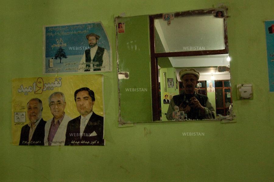 AFGHANISTAN - 9 aout 2009 : Route de Bagram, entre Kaboul et la vallee du Panjshir. Restaurant sur la route. Portrait de Reza dans le miroir.  ..AFGHANISTAN - August 9th, 2009 : Road to Bagram, in between Kabul and the Panjshir Valley. A restaurant on the way..Self-portrait by Reza.