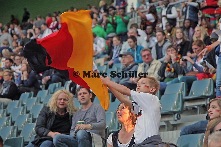 junger Deutscher Fan mit Fahne - Deutschland vs. Kamerun, Mönchengladbach