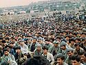 Iran 1989 .In Derbend Dizle, the first anniversary of the chemical bombing in Halabja, peshmergas and families of the victims .Iran 1989 .A Derbend Dizle, une foule  est rassemblee pour celebrer le 1er anniversaire a la memoire des victimes des bombardements chimiques sur Halabja