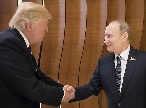 """H3 HAMBURGO (ALEMANIA) 07/07/2017.- El presidente estadounidense, Donald J. Trump (i), y el presidente ruso, Vladímir Putin, participan en el """"retiro"""" de los dirigentes en el ámbito de la cumbre de líderes de estado y gobierno del G20, en Hamburgo (Alemania) hoy, 7 de julio de 2017. EFE/STEFFEN KUGLER/ GOBIERNO ALEMÁN7 SÓLO USO EDITORIAL/PROHIBIDA SU VENTA"""