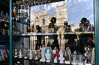 Sri Lanka, Colombo, Kochchikade, St Anthony's Mawatha church, reflection in souvenir shop / St. Antonius Kirche
