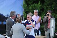 FIERLJEPPEN: WINSUM: 20-07-2013, Nationale Competitie wedstrijd, Dames A klasse, Hilianne van der Wal, Fries record 16,47m, Blijdschap deelt Hilianne met haar ouders, ©foto Martin de Jong