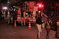 """OSASCO,SP, 04.08.2015 - ACIDENTE-SP - Desmoronamento de terra no bairro Jardim Baronesa, """"Comunidade do Sapo"""" destruiu pelo menos 30 casas na tarde desta terça-feira (08). Várias equipes do corpo de bombeiros estão no local à procura de possíveis Vítimas.(Foto : Marcio Ribeiro / Brazil Photo Press)"""