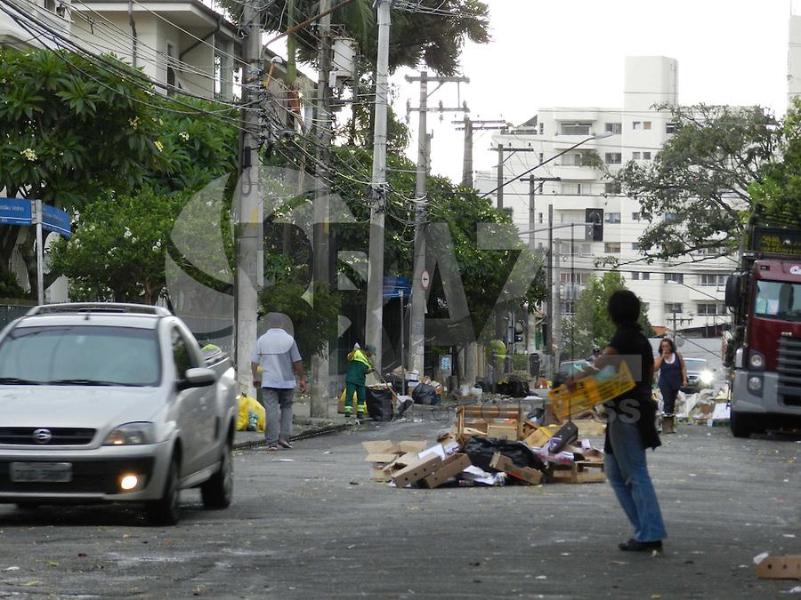 SAO PAULO, SP, 19 DE JANEIRO 2012 - FEIRA LIVRE -  A prefeitura determinou que as ruas onde sao realizadas feiras-livres, devem ser liberadas ate as 14h, mas na rua Antonio Bicuto em Pinheiros, mas nesta quinta-fera as 15h10, ainda havia bloqueios. (FOTO: MAURICIO CAMARGO - NEWS FREE).