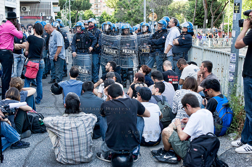 Roma 21 Maggio 2014<br /> Un centinaio  di attivisti di Neet Bloc,uno dei gruppi dei movimenti per il diritto all'abitare hanno occupato un ex deposito Atac al quartiere Ostiense. in serata la polizia ha sgomberato l'edificio occupato con qualche momento di tensione con i manifestanti.<br /> Rome May 21, 2014 <br /> One hundred activists Neet Bloc, one of the groups of movements for housing rights, have occupied former garage Atac, Rome's public transport, the Ostiense district. In the evening, the police cleared the building occupied with a few moments of tension with the protesters.