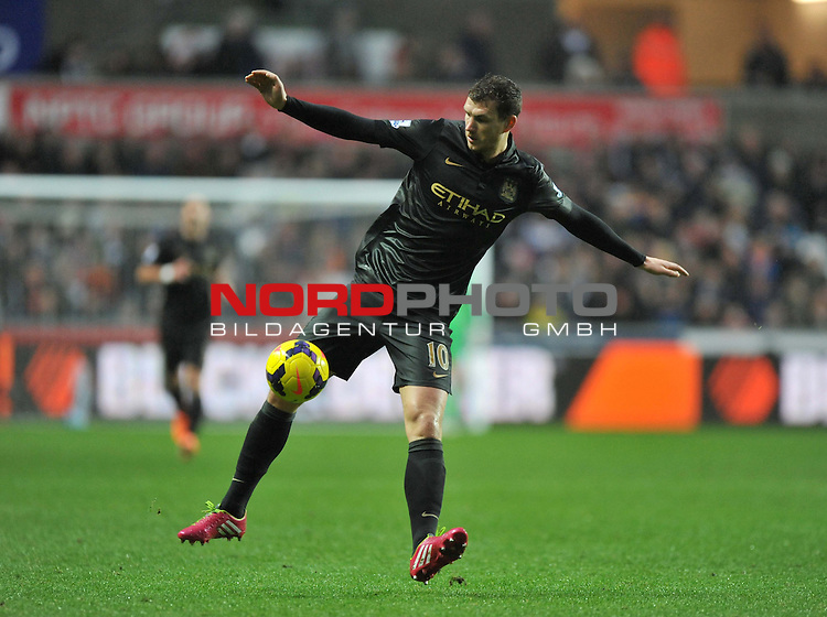 Manchester City's Edin Džeko in action during the second half. -  01/01/2014 - SPORT - FOOTBALL - Liberty Stadium - Swansea - Swansea City v Manchester City - Barclays Premier League<br /> Foto nph / Meredith<br /> <br /> ***** OUT OF UK *****