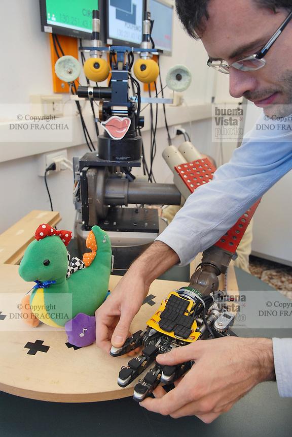 - Lira-Lab of Genoa university, Laboratory of Advanced Integrated Robotics; BabyBot project for the realization of a robot able to interact with the environment and of learning, thanks to the study of human neuronal nets; a prototype of the RobotCub robot....- Lira-Lab dell'università di Genova, Laboratorio di Robotica Avanzata Integrata; progetto BabyBot per la realizzazione di un robot in grado di interagire con l'ambiente e di apprendimento, grazie allo studio delle reti neuronali umane;..un prototipo del robot RobotCub