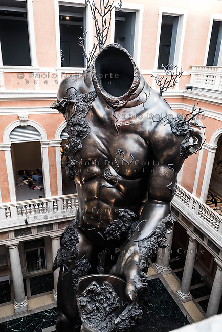 "Venezia - Palazzo Grassi . La mostra di Damien Hirst: ""Tresaures from the Wreck of Unbelievable. ""Demon whit Bowl ""."
