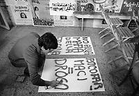 - Manifestazione del Partito Radicale presso il Palazzo di Giustizia di Milano contro le droghe pesanti e per la liberalizzazione delle droghe leggere (1975). Preparazione dei manifesti nella storica sede di Porta Vigentina<br /> <br /> <br /> <br /> - Manifestation of the Radical Party at the Milan Courthouse against hard drugs and the liberalization of soft drugs (1975). Preparation of boards in the historic headquarters of Porta Vigentina