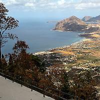Erice a 750 metri sul monte omonimo, offre una vista spettacolare sulla città di Trapani e le Isole Egadi a nord ovest della costa siciliana..Il Mar Tirreno visto dal belvedere del castello di Venere    ..Erice is located on top of Mount Erice, at around 750m above sea level, overlooking the city of Trapani and the Aegadian Islands on Sicily's north-western coast, providing spectacular views..The Tyrrhenian Sea viewed from the Venus castle viewpoint