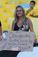 RIO DE JANEIRO, RJ, 02.02.2014 -Torcedora do Vasco faz homenagem a Juninho Pernambucano que anunciou sua aposentadoria antes do jogo pela quinta rodada do Cariocão diante do Botafogo no Maracanã. (Foto. Néstor J. Beremblum / Brazil Photo Press)