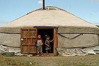 Mongolia Bambini all'uscio di tipica abitazione nomade, la iurta, tenda mongola, deserto del Gobi,Mongolie enfants à la porte de l'habitation nomade typique la yourte, tente Mongole au désert de Gobi,  Children close of a typical nomadic dwelling, a yurt, tent in a Mongolian Gobi desert