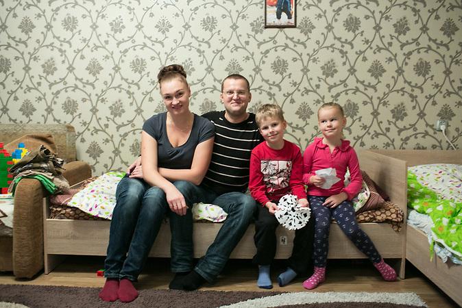 Alexander Bondarev mit seiner Familie in seiner Wohnung. Alexander kommt geb&uuml;rtig aus St. Petersburg und ist mit seiner Frau Irina nach Riga gezogen. K&uuml;rzlich hat er sein Unternehmen, eine Tabakpfeifenwerkstatt, in Lettland angemeldet.<br /> <br /> Seit einigen Jahren wandern vermehrt Russen in das benachbarte Lettland aus - derzeit sind 50.000 russische Staatsb&uuml;rger in Besitz einer st&auml;ndigen Aufenthaltsgenehmigung in dem baltischen Land.<br /> Seitdem Lettland 2004 Teil der Europ&auml;ischen Union ist, sind etwa zehn Prozent der Letten emigriert. In der Hauptstadt Riga bieten sich f&uuml;r junge Zuwanderer besonders auch beruflich aussichtsvolle Perspektiven.