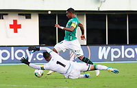 BARRANCABERMEJA - COLOMBIA, 25-01-2020: Christián Vargas del Atlético Bucaramanga disputa el balón con Juan Camilo Angulo del Deportivo Cali durante partido entre Atlético Bucaramanga y Deportivo Cali por la fecha 1 de la Liga BetPlay I 2020 jugado en el estadio Daniel Vlilla Zapata de la ciudad de Barrancabermeja. / Christian Vargas of Atletico Bucaramanga struggles the ball with Juan Camilo Angulo of Deportivo Cali during match between Atletico Bucaramanga and Deportivo Cali for the date 1 as part of BetPlay League I 2020 played at Daniel Villa Zapata stadium in Barrancabermeja. Photo: VizzorImage / Jaime Moreno / Cont /
