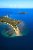 Réserve Marine de l'îlot Bailly, au large de la commune du Mont-Dore, Nouvelle-Calédonie. Plus loin, l'île Charron et l'île Porc-Epic