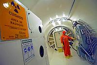 Entrada do reator atômico. Usina Nuclear Angra 2. Angra dos Reis. Rio de Janeiro. 2007. Foto de Luciana Whitaker.