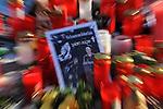 m heutigen Sonntag (15.11.2009) nahmen die Fans und Freunde des am 10.11.2009 verstorbenen Nationaltorwartes Robert Enke ( Hannover 96 ) Abschied. In der groessten Trauerfeier nach Adenauer kamen rund 100.000 Tršuergaeste zur AWD Arena. Zu den VIP zšhlten u.a. Altkanzler Gerhard Schroeder, Bundestrainer Joachim Loew und die aktuelle DFB Nationalmannschaft, sowie Vertreter der einzelnen Bundesligamannschaften und ehemalige Vereine, in denen er gespielt hat. Der Sarg wurde im Mittelkreis des Stadions aufgebahrt. Trauerreden hielten u.a. MIniterpršsident Christian Wulff, DFB Pršsident Theo Zwanziger , Han. Pršsident Martin Kind <br /> <br /> <br /> Feature gezoomt<br /> Foto am Lichtermeer vor der AWD-Arena Trauernden mit Enke-Foto<br />  <br /> Foto: © nph ( nordphoto )  <br /> <br />  *** Local Caption *** Fotos sind ohne vorherigen schriftliche Zustimmung ausschliesslich fŁr redaktionelle Publikationszwecke zu verwenden.<br /> Auf Anfrage in hoeherer Qualitaet/Aufloesung