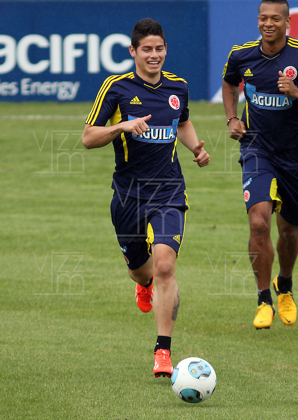 BOGOTA - COLOMBIA--27-05 -2013: James Rodríguez ( izq)  se une al entrenamiento de la selección Colombia de fútbol de mayores en el estadio El Campincito antes de su encuentro con la selección de Argentina en Buenos Aires . (Foto: VizzorImage / . James  Rodriguez during a training Colombia soccer team over at El Campincito before his encounter with the selection of Argentina in Buenos Aires....VizzorImage / Felipe Caicedo / Staff