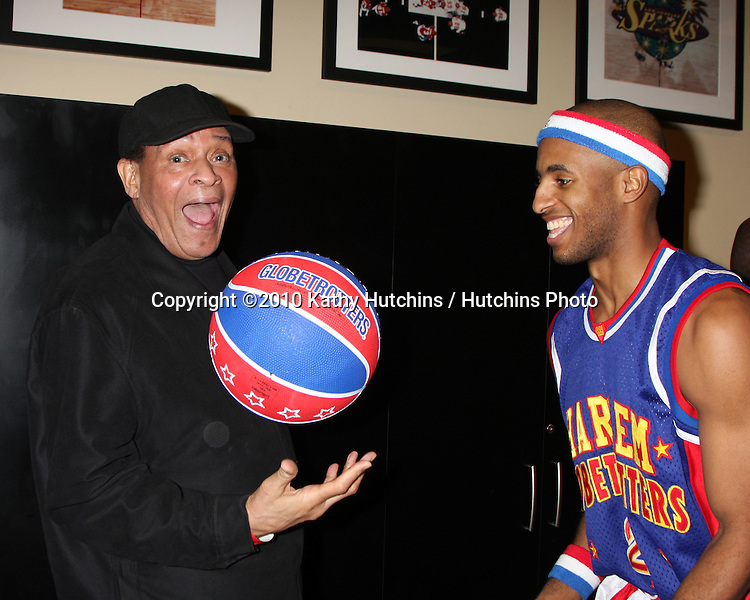 Al Jarreau & a globetrotter.at the Harlem Globetrotters Game .Staples Center.Los Angeles, CA.February 14, 2010.©2010 Kathy Hutchins / Hutchins Photo....