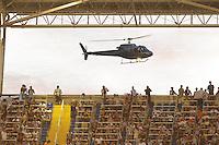 RIO DE JANEIRO, RJ, 07 DE JUlHO 2012 - CAMPEONATO BRASILEIRO - APRESENTAÇÃO DO HOLANDÊS SEEDORF - O meia holandês Seedorf, nova contratação do Botafogo, chegando de helicoptero para se apresentar à torcida, antes da partida contra o Bahia, pelo Campeonato Brasileiro, no Stadium Rio (Engenhao), na cidade do Rio de Janeiro, neste sabado, 07. FOTO BRUNO TURANO  BRAZIL PHOTO PRESS