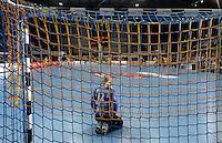 HC Leipzig : DVSC Korvex - Handball Damen Women Champions League - .Nach einem souveränen 31:25 Erfolg gegen den ungarischen Vize-Meister DVSC Korvex vor 2.747 Zuschauern in der Leipziger ARENA - im Bild: HCL Keeperin Katja Schülke kniet vor ihrem Kasten.   Foto: Norman Rembarz