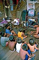 Crianças assistindo televisão movida a gerador na Vila de Nazaré, Rio Xingú, Pará. 2000. Foto de Renata Mello.