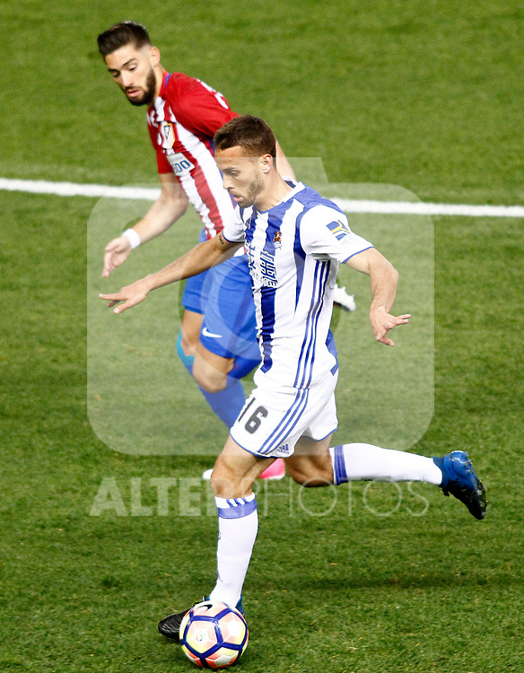 Atletico de Madrid's Saul Niguez (l) and Real Sociedad's Sergio Canales during La Liga match. April 4,2017. (ALTERPHOTOS/Acero)