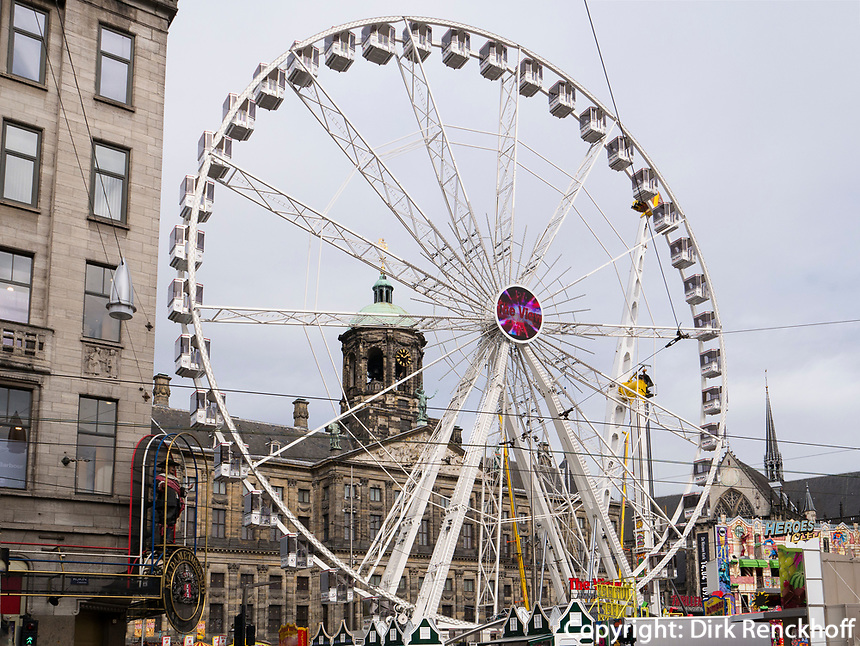 Riesenrad vor k&ouml;niglichem Palast, Amsterdam, Provinz Nordholland, Niederlande<br /> skywheel at roayl palais, Amsterdam, Province North Holland, Netherlands