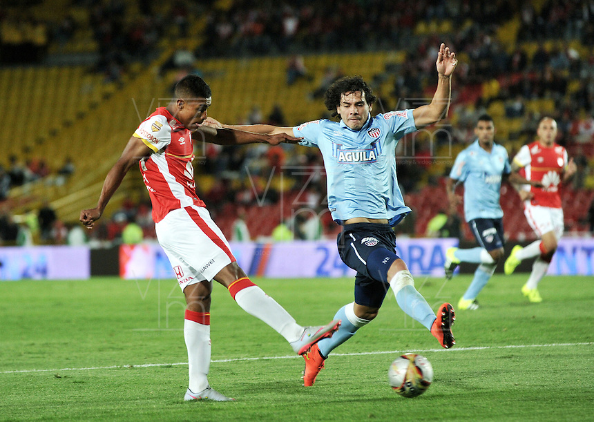 BOGOTA - COLOMBIA - 03-10-2015: John Miranda (Izq.) jugador de Independiente Santa Fe disputa el balón con Nery Bareiro (Der.) jugador de Atletico Junior, durante partido por la fecha 15 entre Independiente Santa Fe y Atletico Junior, de la Liga Aguila II-2015, en el estadio Nemesio Camacho El Campin de la ciudad de Bogota. / John Miranda (L) player of Independiente Santa Fe struggles for the ball with Nery Bareiro (R) player of Atletico Junior, during a match of the 15 date between Independiente Santa Fe and Atletico Junior, for the Liga Aguila II -2015 at the Nemesio Camacho El Campin Stadium in Bogota city, Photo: VizzorImage / Luis Ramirez / Staff.