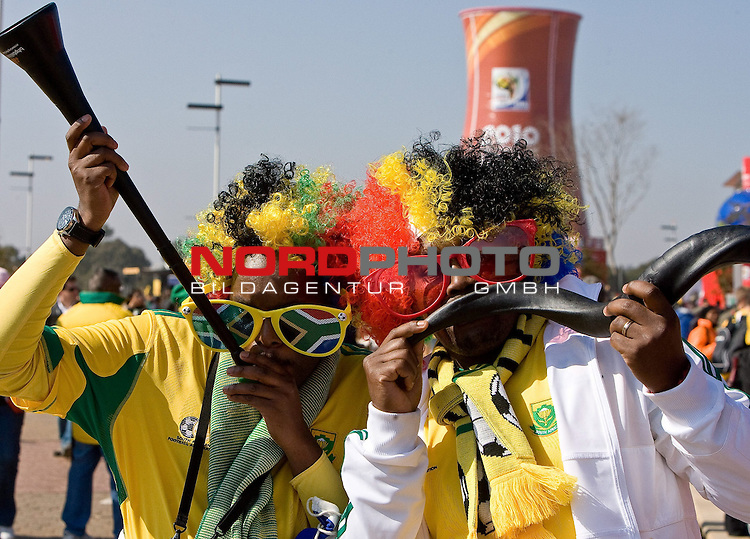11.06.2010, Soccer City Stadium, Johannesburg, RSA, FIFA WM 2010, Er&ouml;ffnungsfeier im Bild Fans der Mannschaften S&uuml;dafrika und Mexiko kommen zur Er&ouml;ffnungsfeier,  Foto: nph/ Vid Ponikvar *** Local Caption *** Fotos sind ohne vorherigen schriftliche Zustimmung ausschliesslich f&uuml;r redaktionelle Publikationszwecke zu verwenden.<br /> <br /> Auf Anfrage in hoeherer Qualitaet/Aufloesung