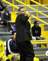 BOGOTA - COLOMBIA - 17-09-2013: Tomas Diaz  técnico de Bambuqueros de Neiva da instrucciones a los jugadores durante  partido septiembre 17 de 2013. Piratas de Bogota y Cartagena Heats disputaron partido de la fecha 13 de la fase I de la Liga Directv Profesional de Baloncesto 2 en partido jugado en el Coliseo El Salitre. (Foto: VizzorImage / Luis Ramirez / Staff).  Tomas Diaz coach from Bambuqueros from Neiva gives instructions to the players during the match September 17, 2013. Guerreros from Bogota and Bambuqueros from Neiva disputed a match for the 16 date of the Fase II of the League of Professional Directv Basketball 2 game at the Coliseo El Salitre. (Photo. VizzorImage / Luis Ramirez / Staff)