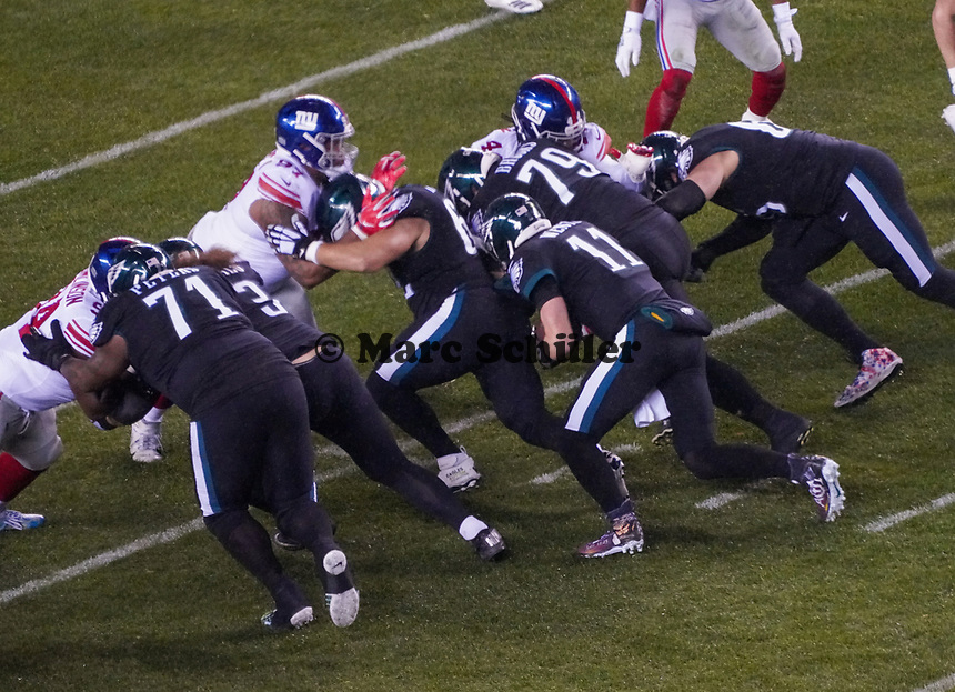 quarterback Carson Wentz (11) of the Philadelphia Eagles läuft mit dem Ball - 09.12.2019: Philadelphia Eagles vs. New York Giants, Monday Night Football, Lincoln Financial Field