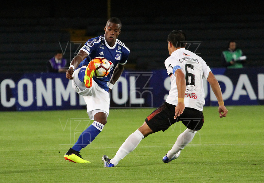 BOGOTÁ - COLOMBIA, 15-08-2018:Andres Roman (Izq.)  jugador de Millonarios de Colombia disputa el balón con Cristian Martinez (Der.) jugador del General Díaz del Paraguay durante partido por la segunda fase de la Copa Conmebol Sudamericana 2018 , jugado en el estadio Nemesio Camacho El Campín de la ciudad de Bogotá. / Andres Roman (L) Player of Millonarios  of Colombia disputes the ball with Cristian Martinez(R) player of General Diaz of Paraguay during game for the second phase of the Copa Conmebol Sudamericana 2018, played in the stadium Nemesio Camacho El Campín of the city of Bogotá. Photo: VizzorImage / Felipe Caicedo / Staff.