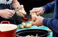 Aardappels schilllen op de camping