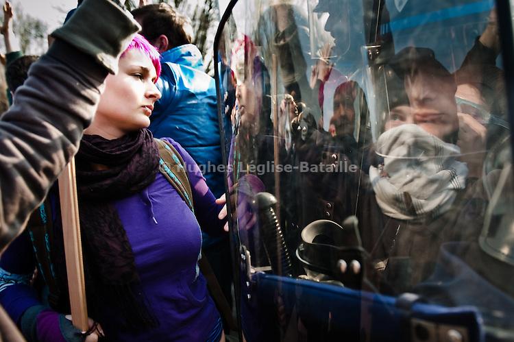 Un groupe d'environ 400 à 500 manifestants fait face aux forces de l'ordre Route du Rhin, a quelques heures du debut de la manifestation du 4 avril 2009 contre le sommet de l'OTAN a Strasbourg..Credit;Hughes Leglise-Bataille/Julien Muguet/face to face