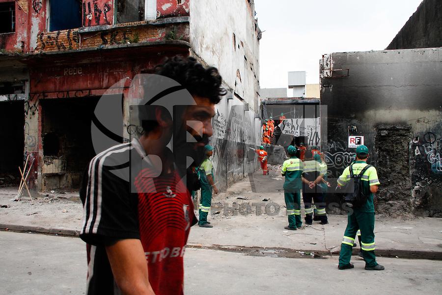 SÃO PAULO, 05 DE JANEIRO DE 2012 - CRACOLANDIA - NOVA LUZ - Funcionários da prefeitura trabalham na tarde desta quinta-feira (05), na demolição dos imóveis abandonados que serviam de abrigo para os usuários de crack no terceiro dia da Operação da Policia Militar em conjunto com a prefeitura de São Paulo realizam  a retirada dos usuarios de crack  da cracolandia na região da Luz em São Paulo.(FOTOS: AMAURI NEHN/NEWS FREE)