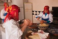 Afrique/Afrique du Nord/Maroc/Province d'Agadir/Tighanimine Elbaz: Ecolodge Atlas Kasbah- Préparation des galettes de pain et de la semoule du couscous