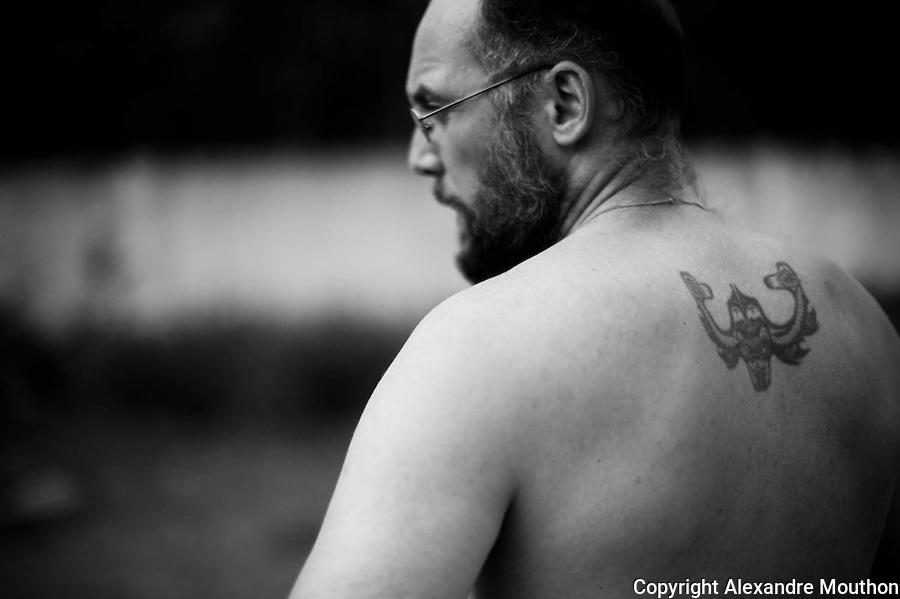 """C'est un tatouage indien, de la côte Nord-Ouest de l'Amérique du Nord: un requin en coupe inversée Haida. Ce motif est une parfaite illustration de la """"split représentation"""" (le dédoublement de la représentation) mise en évidence par Boas dans """"l'Art de la côte pacifique nord de l'Amérique"""" sité par C. Lévi-Strauss dans """"Anthropologie structurale 1"""". Une lecture de jeunesse qui porta ce choix de tatouage."""