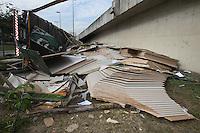 SAO PAULO, SP, 07.05.2014, ACIDENTE CARRETA. Uma carreta caiu da alca de acesso a Av Salim Farah Maluf na manha dessa quarta-feira (7). O motorista teve pequenos ferimentos, o veiculo despencou de aproximadamente 5 metro de altura e carregava placas de madeira. (Foto: Luiz Guarnieri - Brazil Photo Press).
