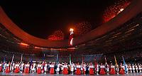 La fiaccola accesa e fuochi d'artificio<br /> Pechino - Beijing 8/8/2008 Olimpiadi 2008 Olympic Games<br /> The Opening ceremony for the XXIX Olympic games.<br /> Cerimonia d'apertura delle Olimpiadi di Pechino 2008<br /> Foto Andrea Staccioli Insidefoto